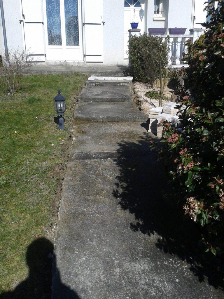 Aménagement d'une allée bétonnée avec marches devant porte d'entrée par Entre Pierres et Vert