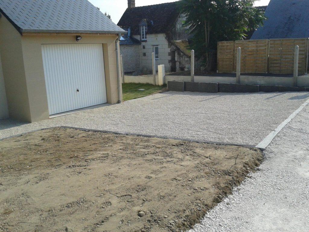 Aménagement d'une allée devant une maison avec des graviers et ratissement de terre par Entre Pierres et Vert