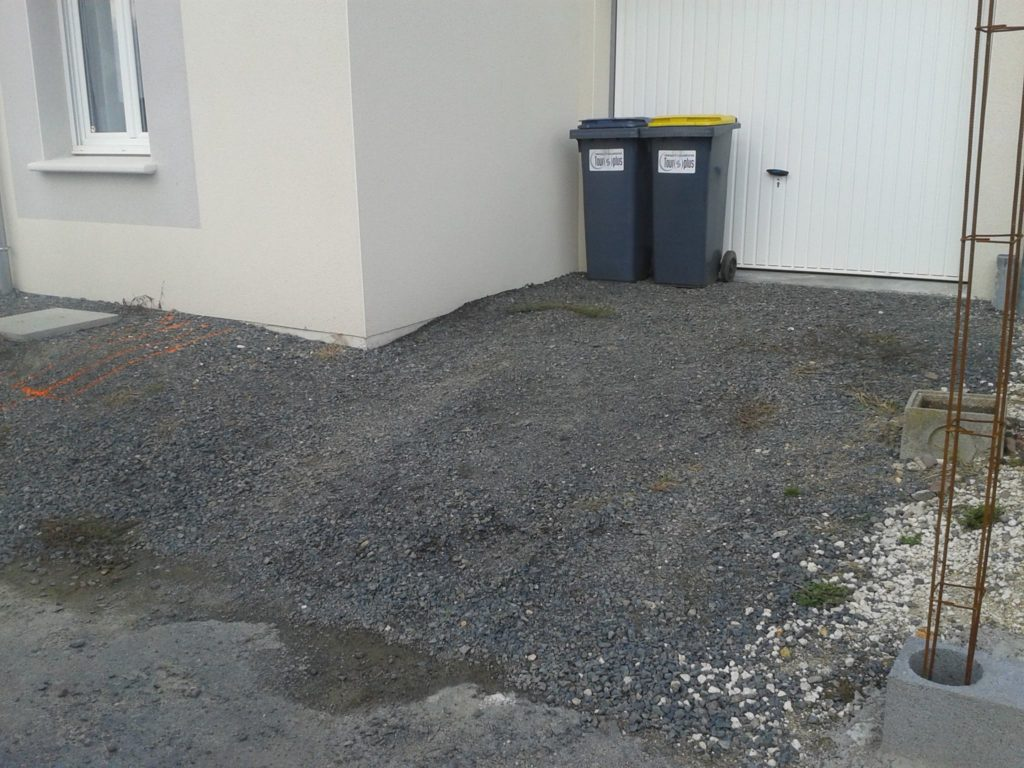 Graviers sur allée devant un garage par Entre Pierres et vert