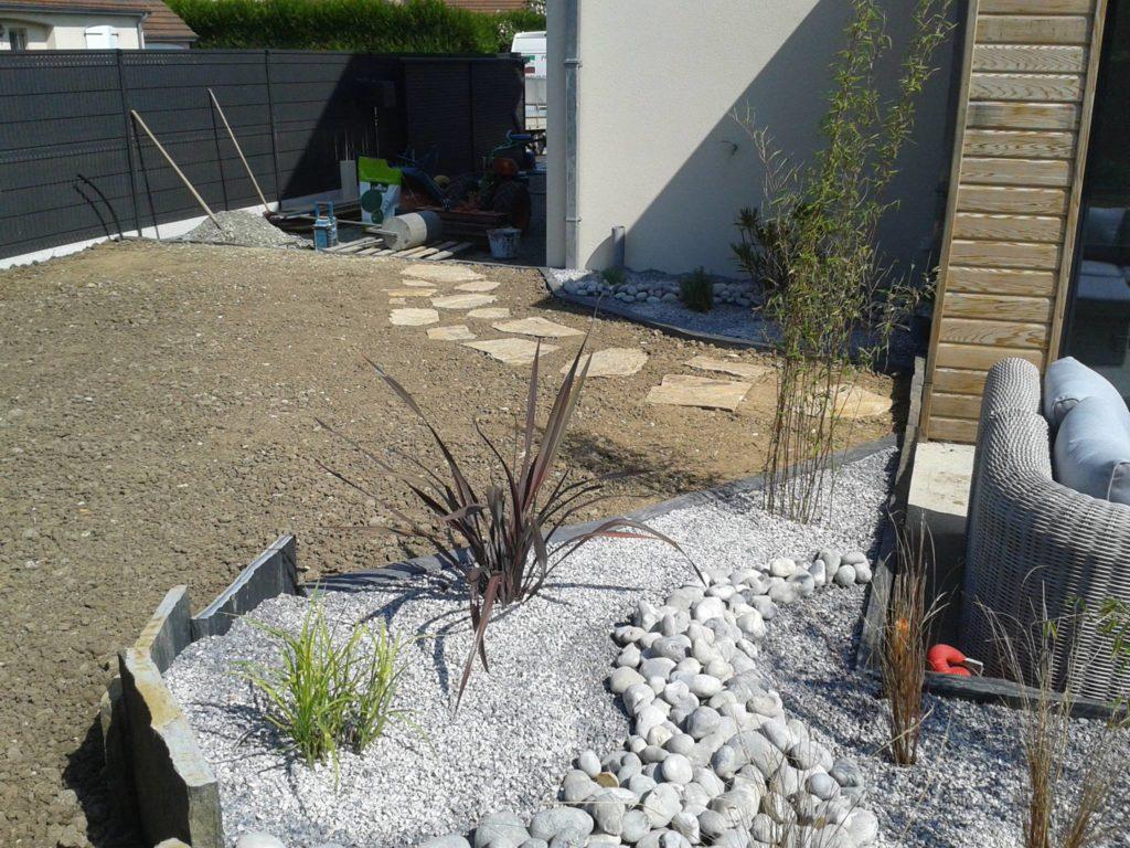 Aménagement d'un jardin avec dalles, graviers, galets et ardoises par Entre Pierres et Vert