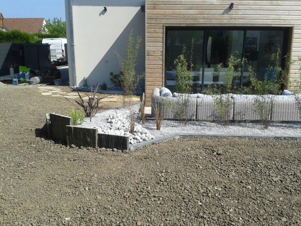Aménagement d'un jardin par décoration de galets, graviers et ardoises par Entre Pierres et Vert