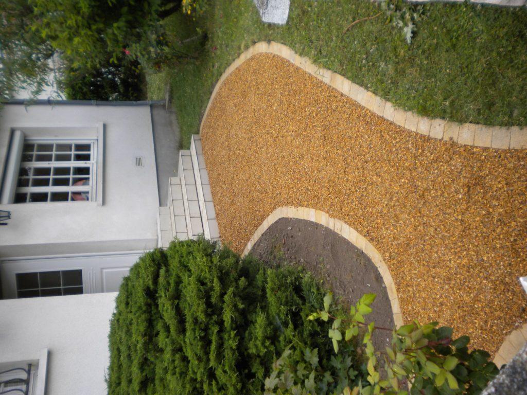 Aménagement d'une allée devant une maison par Entre Pierres et Vert