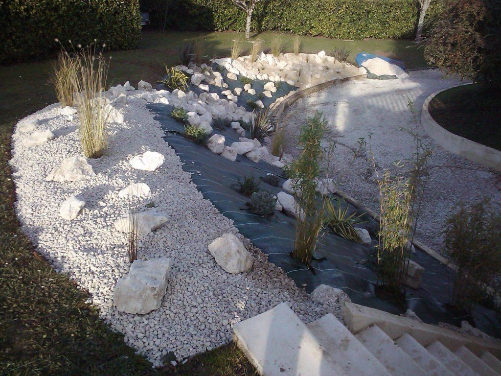 Aménagement paysager par Entre Pierres et Vert avec graviers, cailloux et plantes