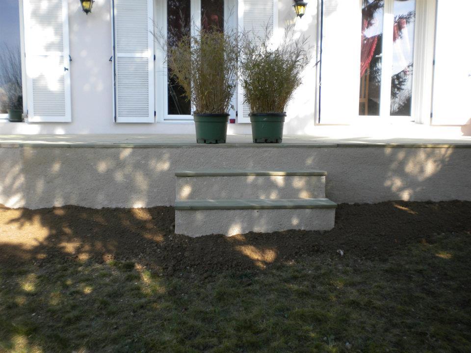 Aménagement paysager avec terrasse et pot de fleurspar Entre Pierres et Vert