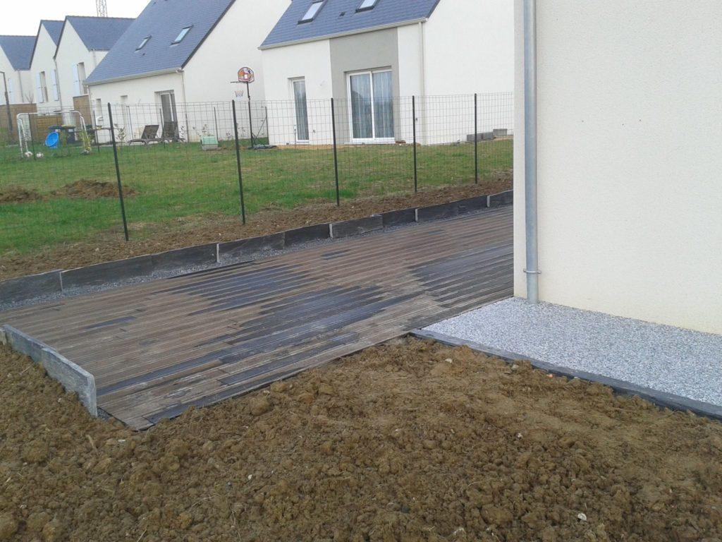 Installation d'une terrasse en bois par l'entreprise Entre pierres et vert