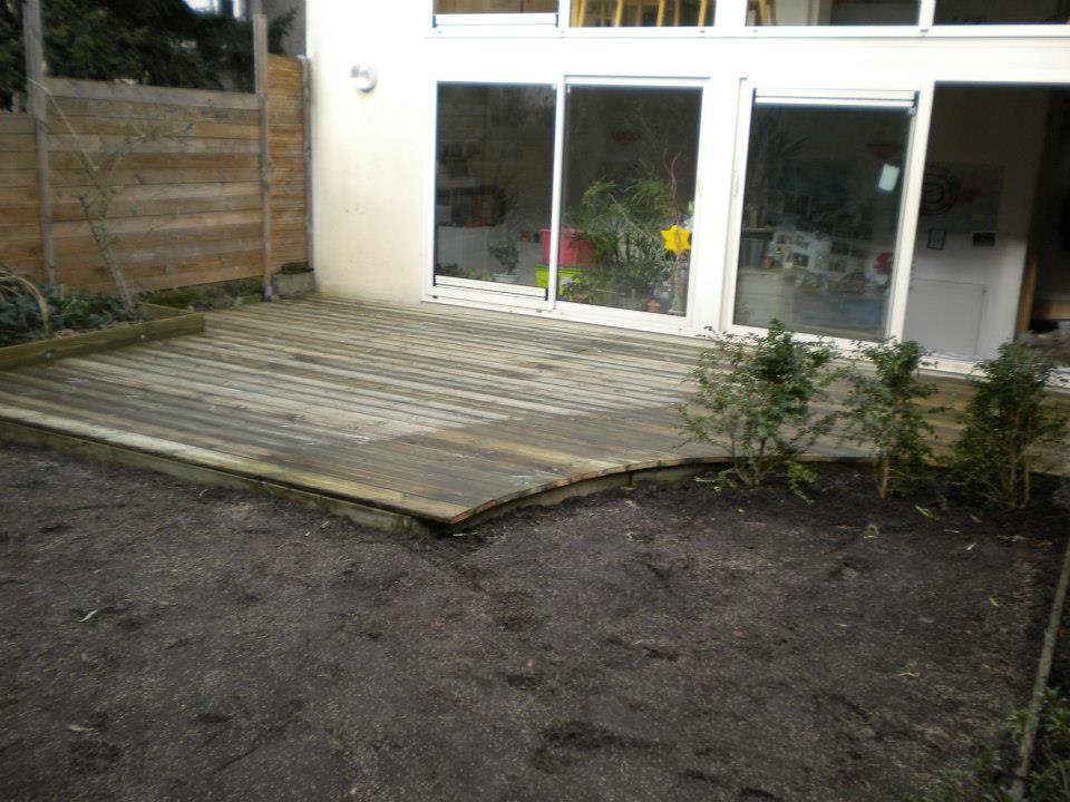 Aménagement d'un jardin et pose de terrasse en bois par Entre Pierres et Vert
