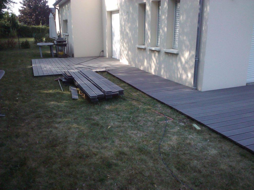 Pose d'une terrasse en bois par Entre Pierres et Vert