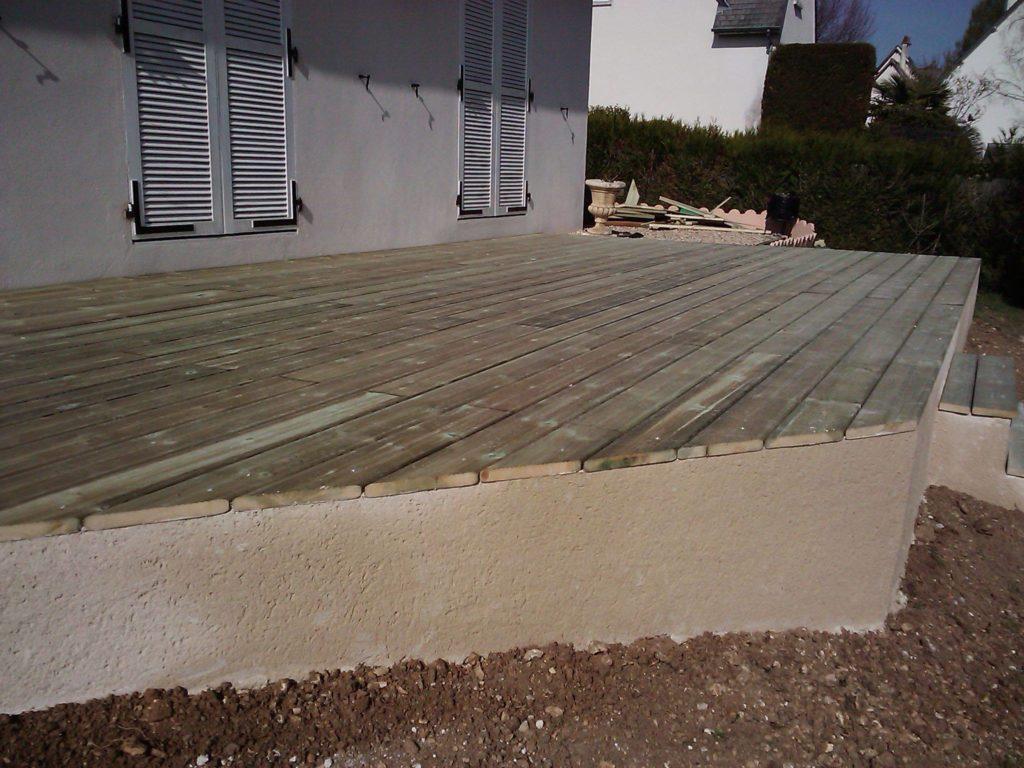 Terrasse en bois sur dalle haute en béton par Entre Pierres et Vert