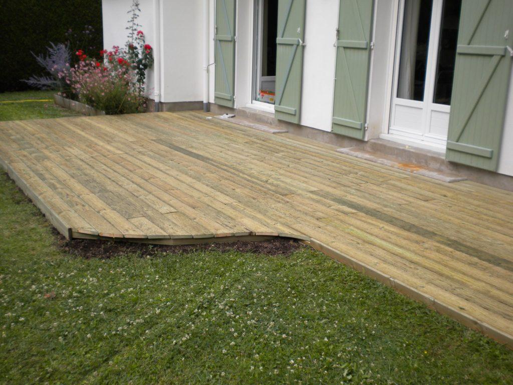 Terrasse en bois et jardin tondu par Entre Pierres et Vert