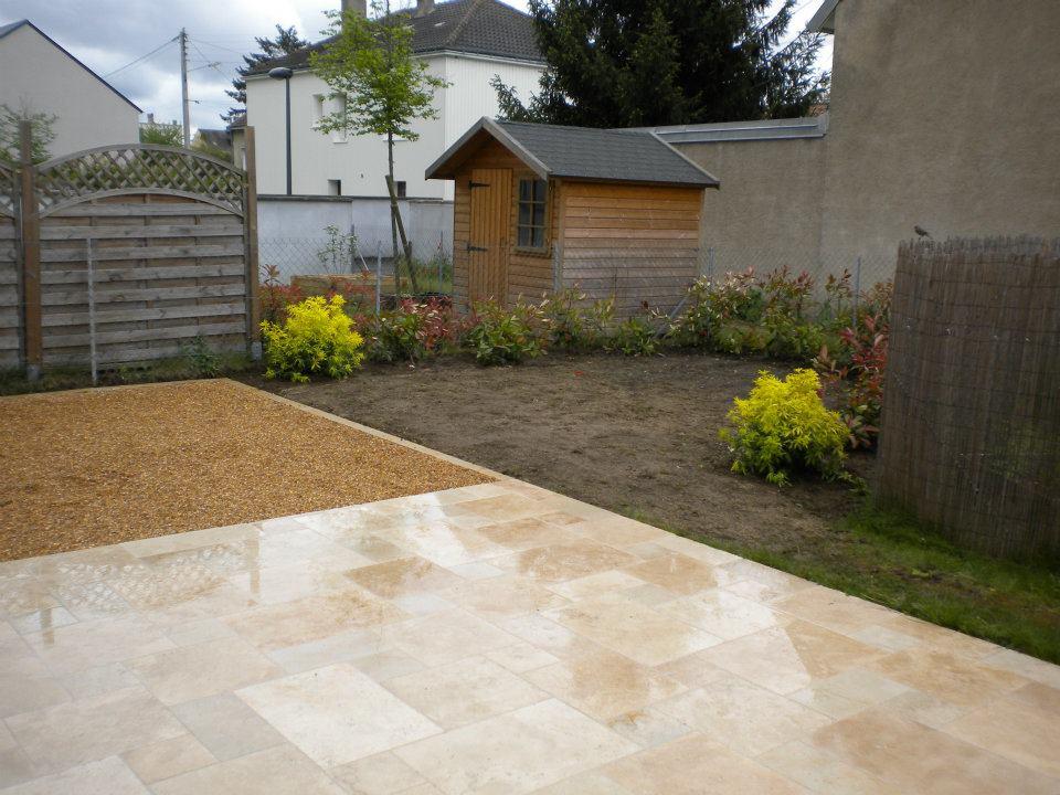 Aménagement de jardin avec terrasse en carrelage et graviers par Entre Pierres et Vert