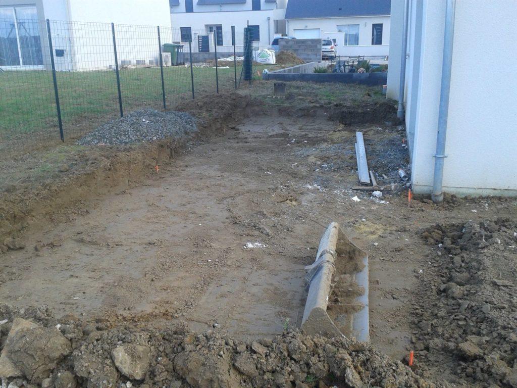 Tranchée creusée dans la terre d'un jardin par Entre Pierres et vert